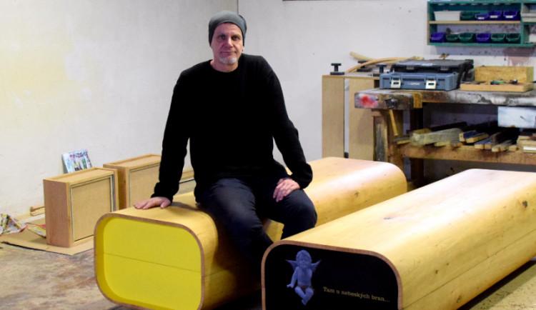 (NE)OBYČEJNÍ: Lidé si napřed mysleli, že je to designová lavice, sedali si na ni, říká autor optimistických rakví Jiří Ďuriš
