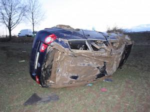 U Řimic se v křižovatce střetla dvě auta, Passat skončil po kotrmelcích daleko v poli