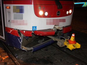 Opilá řidička nabourala do tramvaje u Metropolu. Nadýchala téměř dvě promile a přišla o řidičák