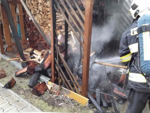 Požár pergoly způsobil žhavý popel, od kterého začala hořet plastová popelnice