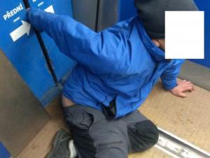 Opilému muži sevřely ruku automatické dveře cyklověže. Ze sevření ho v noci museli vyprostit policisté