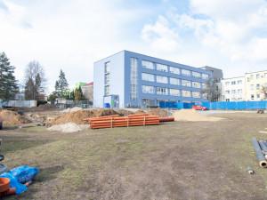 FOTO: V areálu Fakultní nemocnice se čile staví. Vzniká nová budova, parkoviště i operační sál