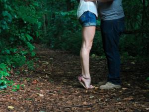 Žena nabízela muži společnost. Zatímco ho objímala sebrala mu z kalhot peněženku