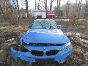 Řidič jel s BMW příliš rychle, naboural do plotu a reklamních cedulí. Vznikla škoda za jeden a půl milionu