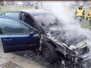 FOTO: Hasiči likvidovali požár auta, plameny vozidlo úplně zničily