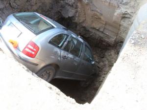 Řidička chtěla objet Tatru, skončila ve výkopu hlubokém čtyři a půlmetru