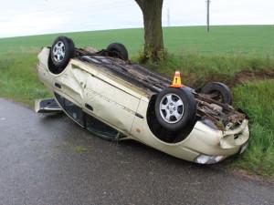 Řidička dostala na mokré silnici smyk. Auto skončilo na střeše
