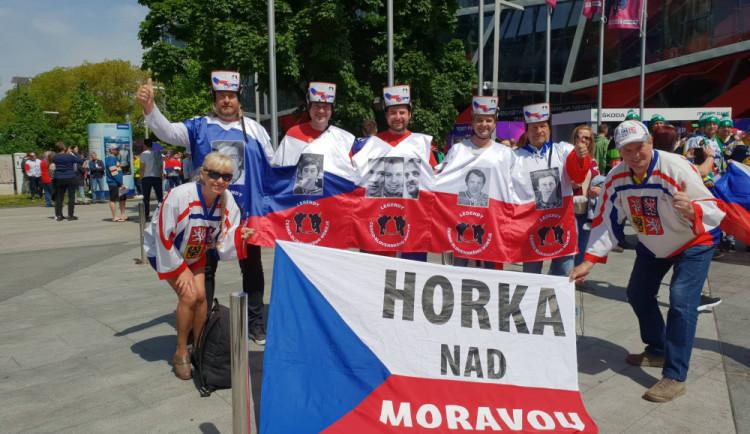 FOTO: Vikingové, lego a teď česko-slovenské legendy. Olomoučtí fanoušci se svými kostýmy na šampionátu zase bodují