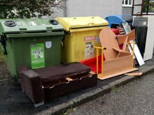 Lidé k popelnicím postavili nábytek, ledničku i pohovku. Porušili zákon o odpadech