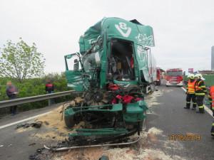FOTO: Řidič kamionu usnul a zavinil nehodu tří náklaďáků a jednoho osobáku
