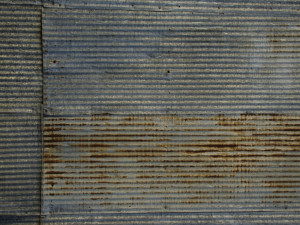 Zloděj demontoval plechy ze stěny haly zemědělského družstva. Hrozí mu vězení až na dva roky