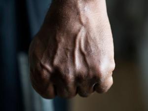 Během Májových oslav napadl agresor dva muže. Do obětí strkal, tahal po zemi a mlátil pěstmi do hlavy