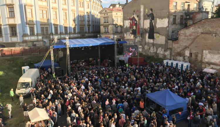 Do proluky pod selfie krále přišly na koncert proti Staňkovi stovky lidí