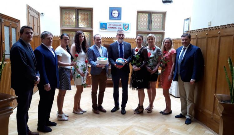 FOTO/VIDEO: Olomoucké volejbalové mistryně přijal na radnici primátor