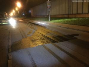 Za Hornbachem v Olomouci byla silnice znečištěna naftou. Na místě zasahovali hasiči