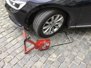 Řidička se ve Slovenské ulici v Olomouci rozjela i s botičkou na autě. Případ řeší policie
