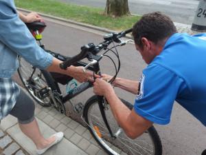 Strážníci kontrolovali na Komenského ulici povinnou výbavu cyklistů. Více než polovina ji neměla