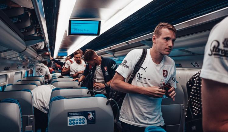 Fotbalová reprezentace přijela do Olomouce vlakem. Večer vyzve na Andrově stadionu Černou Horu