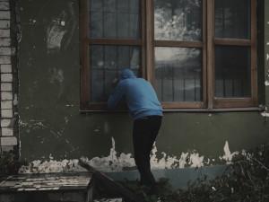 Opilý muž se vloupal do domu, kde probíhala oslava. Před majiteli se schoval v zatopené jímce