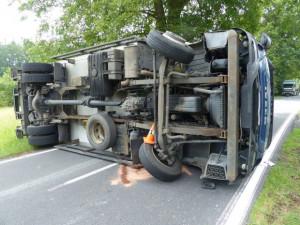 Pod náklaďákem se utrhla krajnice. Řidič skončil v nemocnici