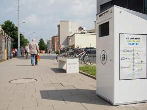 FOTO/VIDEO: Olomouc má první tři chytré odpadkové koše. Umí lisovat odpad a zahlásí, když jsou plné