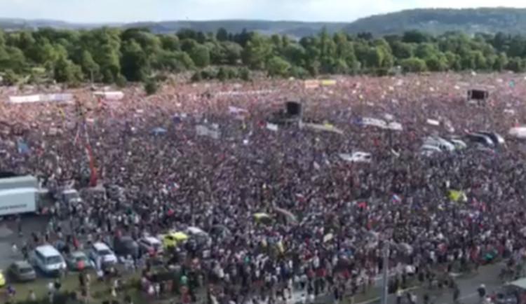 VIDEO: Demonstrace na Letné se zúčastnily desítky lidí z Olomouce. K další akci dojde 16. listopadu
