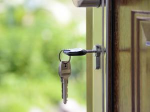 Zloděj se dostal do domu seniorky, byly otevřené dveře. Dům prohledal a ukradl přes 45 tisíc korun