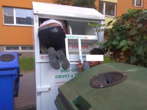 Dva mladíci tahali textil z kontejneru. Po příjezdu strážníků jej museli uklidit