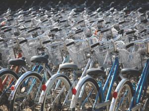 Nová parkovací cyklověž u prostějovského nádraží by měla pomoci cyklistům