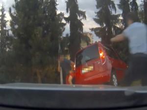 VIDEO: Muž na pervitinu měl ukrást auto ze servisu. Pak ujížděl policii a u Šantovky havaroval