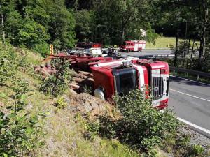 FOTO: Řidič nezvádl svůj kamion a s nákladem dřeva ho převrátil na bok