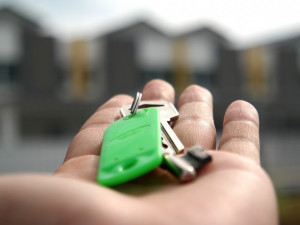 Žena podvedla muže, kterému přislíbila pronájem bytu. Penězi, které od něj dostala, chtěla splatit svůj dluh majitelce