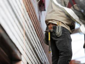 Dělník zemřel při výstavbě kanalizační sítě v Kokorách, ve výkopu ho přimáčkla zavěšená vrtná souprava