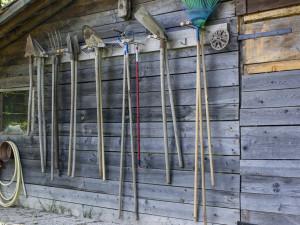 Ze zahradní chatky zloděj seniorce ukradl nože, zahradnické nářadí a sadu šroubováků