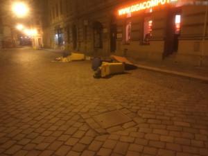 Muž převracel popelnice v Kateřinské ulici. Nepořádek musel uklidit