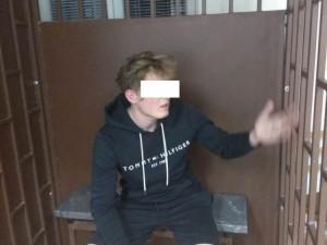 Devatenáctiletý mladík prohodil výlohou železnou rohož a ukopl zpětné zrcátko. Před strážníky se snažil utéct