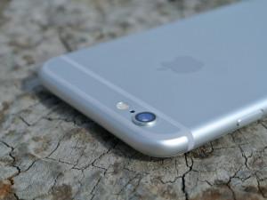 Mladík odložil svůj iPhone na střechu auta a odjel k čerpací stanici, kde mobil začal postrádat