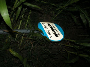 FOTO: Opilý řidič narazil do stromů, dopravních značek a nakonec havaroval v kukuřičném poli