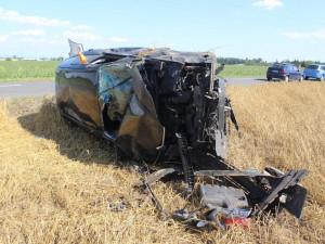 Auto skončilo po bočním střetu s jiným autem po kotrmelcích v poli