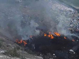 FOTO: Hasiči vyjížděli k likvidaci požáru skládky v Hradčanech