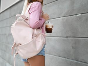 Mladá cizinka zapomněla na odpočívadle v nákupním centru batoh. Přišla o mobil, peníze i doklady