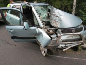 FOTO: Senior usnul za volantem. Narazil do stromu a skončil v nemocnici
