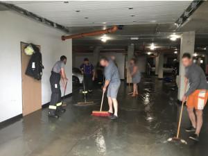FOTO: Bouřky opět zaměstnaly hasiče. Vyjížděli k popadaným stromům i utrženým drátům vysokého napětí