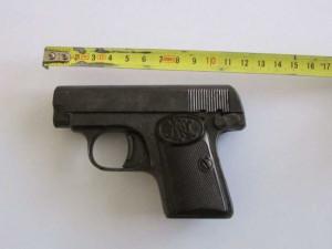 Muž přinesl pistoli na policii. Údajně ji našel při vyřizování pozůstalosti po svém otci.
