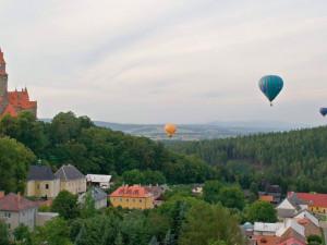 Nebe nad Bouzovem příští pátek a sobotu opět zaplní horkovzdušné balóny