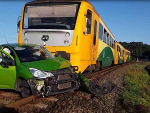 FOTO: Na přejezdu u Olomouce se srazil vlak s autem, zranily se dvě ženy