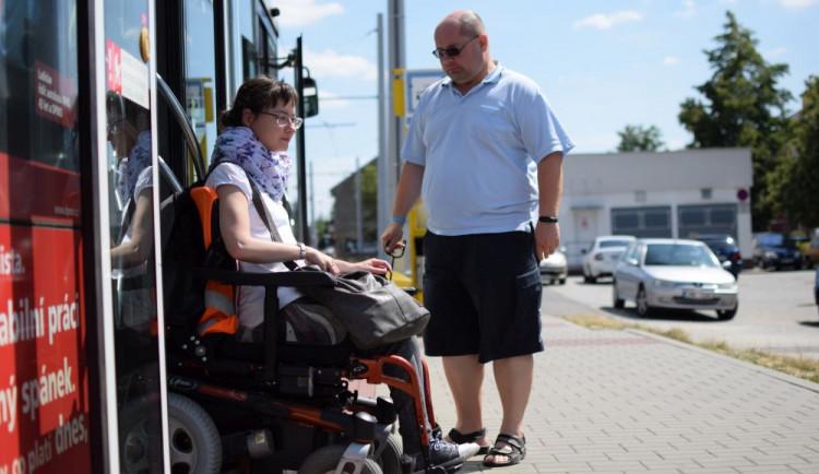 Jak se žije v Olomouci lidem na invalidním vozíku? Projeli jsme město se Zdeňkou Vyoralovou