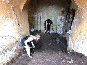 FOTO: Dobrovolníci o víkendu po letech odhalili schody Cikánské branky, byly ukryty pod vrstvou kompostu a odpadků