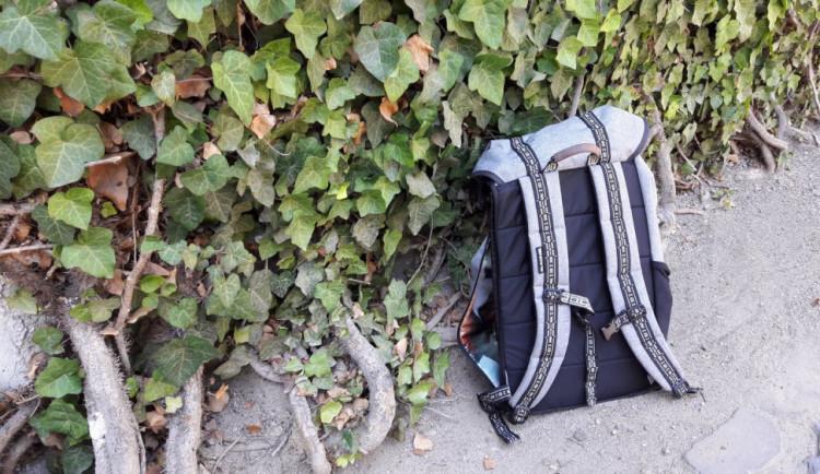 Zloděj okradl mladíka, který spal na autobusové zastávce. Vzal mu batoh