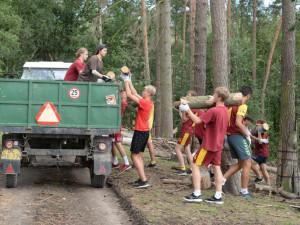 FOTO: Házenkáři pražské Dukly pomohli uklidit olomouckou zoo. Šlo o součást soustředění